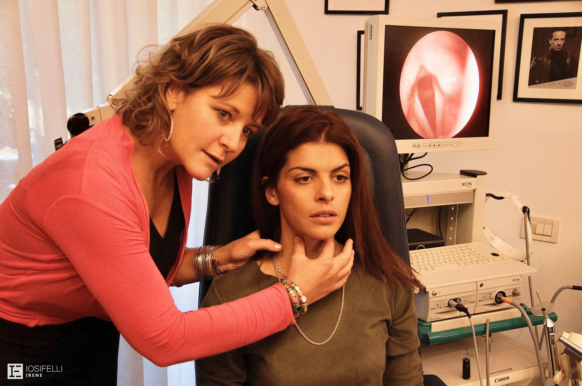 Μαθαίνοντας να ψηλαφώ το λάρυγγα, υπό την καθοδήγηση της συνεργάτιδας Σοφία Γεωργίου - Φυσικοθεραπεύτρια Φωνής<span></span>