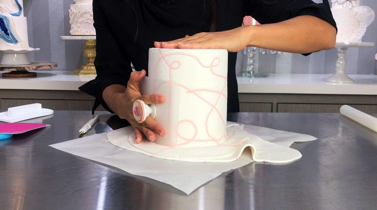 Crea bordes filosos en un cake de doble barril utilizando fondant con squiggles<span></span>
